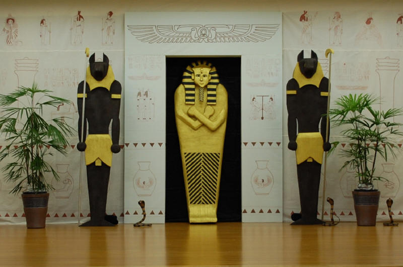 Egyptian theme halloween discussion forums costumes for Ancient egyptian tomb decoration