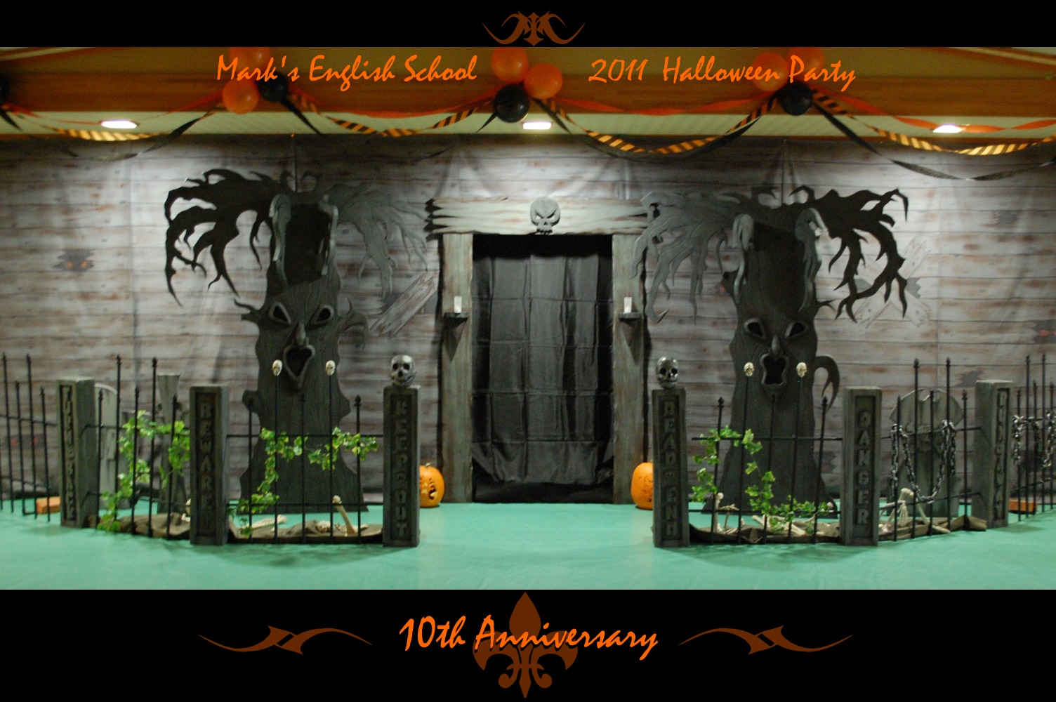 Haunted house halloween party haunted house decorations for Scene ideas