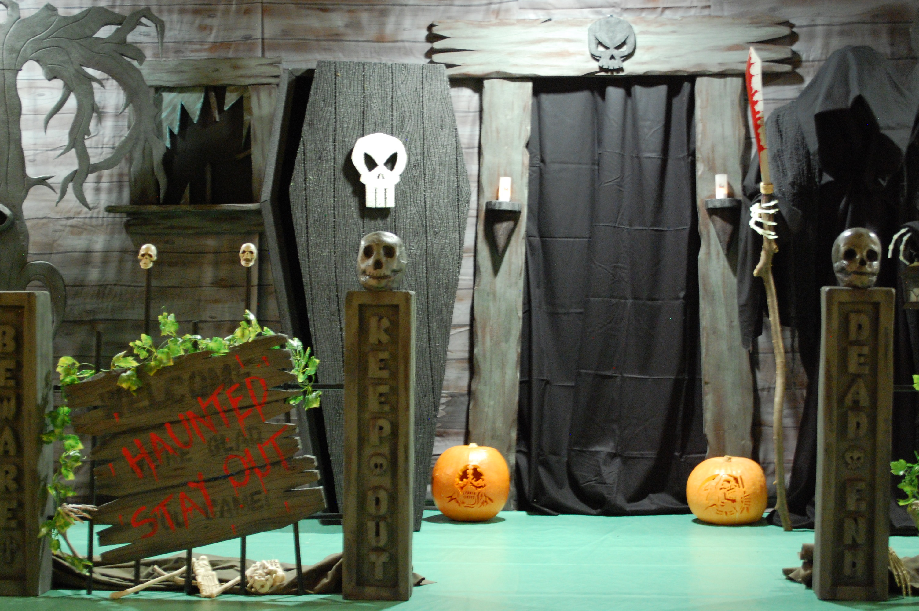 Blood splatter room page 5 zombie pumpkins for Halloween haunted room ideas